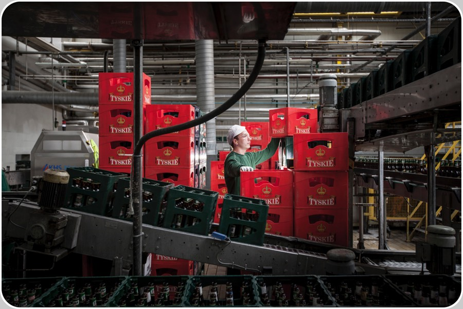 Why the crate inspectors are necessary. The mission impossible of an Operator who should have to assure constant high efficiency flow of crates to the De-Crater Machine or to the Palletiser (image credit SABMiller plc Poland, Aug12, Tom Parker-OneRedEye)